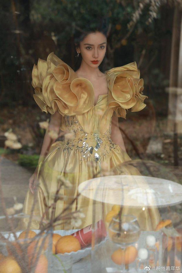 Màn đọ sắc khốc liệt nhất Cbiz hôm nay: Angela Baby hoá công chúa Belle, so kè từng milimet với Nhiệt Ba - Triệu Lệ Dĩnh - Ảnh 9.