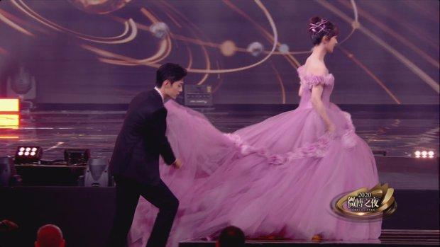 Khoảnh khắc hot hit tại Đêm Weibo: Tiêu Chiến đỡ hụt váy Dương Tử, Nhiệt Ba như đi đánh lộn, Đặng Siêu thành phó nháy bất đắc dĩ - Ảnh 4.