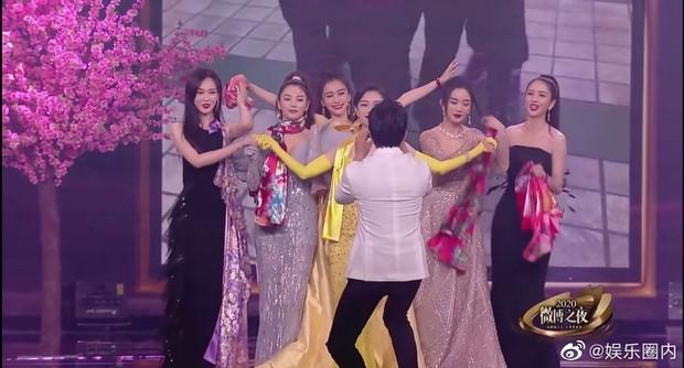 Khoảnh khắc hot hit tại Đêm Weibo: Tiêu Chiến đỡ hụt váy Dương Tử, Nhiệt Ba như đi đánh lộn, Đặng Siêu thành phó nháy bất đắc dĩ - Ảnh 7.