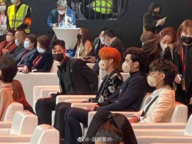 Knet mỉa mai khi thấy đàn bồ câu made in SM ngồi 1 cụm với nhau, đến cả Vương Nhất Bác còn phải hốt hoảng! - Ảnh 1.