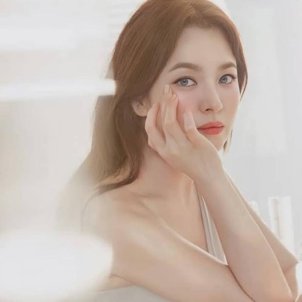 Nhìn Song Hye Kyo makeup nhạt đã quen, nhưng nhìn cô biến hình makeup đậm qua ảnh của fan thì bạn sẽ ngỡ ngàng - Ảnh 4.