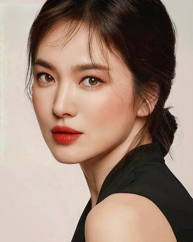 Nhìn Song Hye Kyo makeup nhạt đã quen, nhưng nhìn cô biến hình makeup đậm qua ảnh của fan thì bạn sẽ ngỡ ngàng - Ảnh 5.