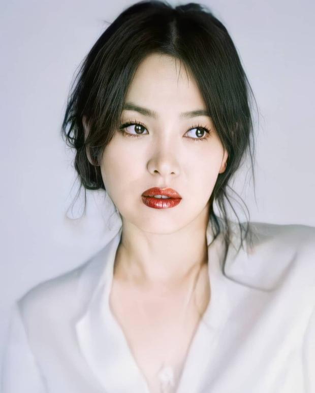 Nhìn Song Hye Kyo makeup nhạt đã quen, nhưng nhìn cô biến hình makeup đậm qua ảnh của fan thì bạn sẽ ngỡ ngàng - Ảnh 7.