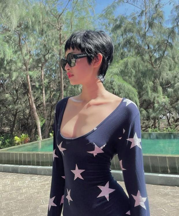 Lâu lâu mới thấy Hiền Hồ diện bikini: Mặt học sinh body phụ huynh, áo trễ nải như sắp tụt khoe đường cong bốc lửa - Ảnh 4.