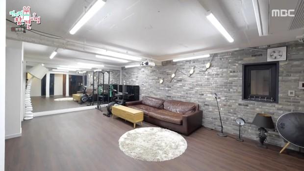 Bi Rain lần đầu hé lộ tổ ấm trăm tỷ với Kim Tae Hee: Tầng 1 rộng bao la chỉ để tập gym, góc giải thưởng khủng chiếm spotlight - Ảnh 2.