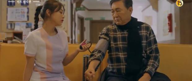 Sắm vai y tá mà mặc váy ngắn, biểu cảm khiêu gợi, Yeri (Red Velvet) bị ném đá tơi tả ngay phim đầu tay - Ảnh 1.