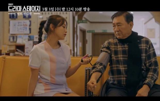 Sau Jennie, đến em út Yeri (Red Velvet) bị ném đá kịch liệt vì mặc trang phục y tá ngắn cũn và còn sơn móng đỏ choét - Ảnh 3.