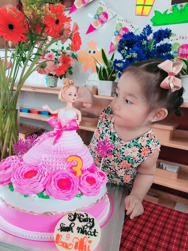 Con gái 4 tuổi của Lê Dương Bảo Lâm áp lực đến mức bật khóc vì... đeo vàng đầy người - Ảnh 4.
