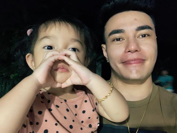 Con gái 4 tuổi của Lê Dương Bảo Lâm áp lực đến mức bật khóc vì... đeo vàng đầy người - Ảnh 5.