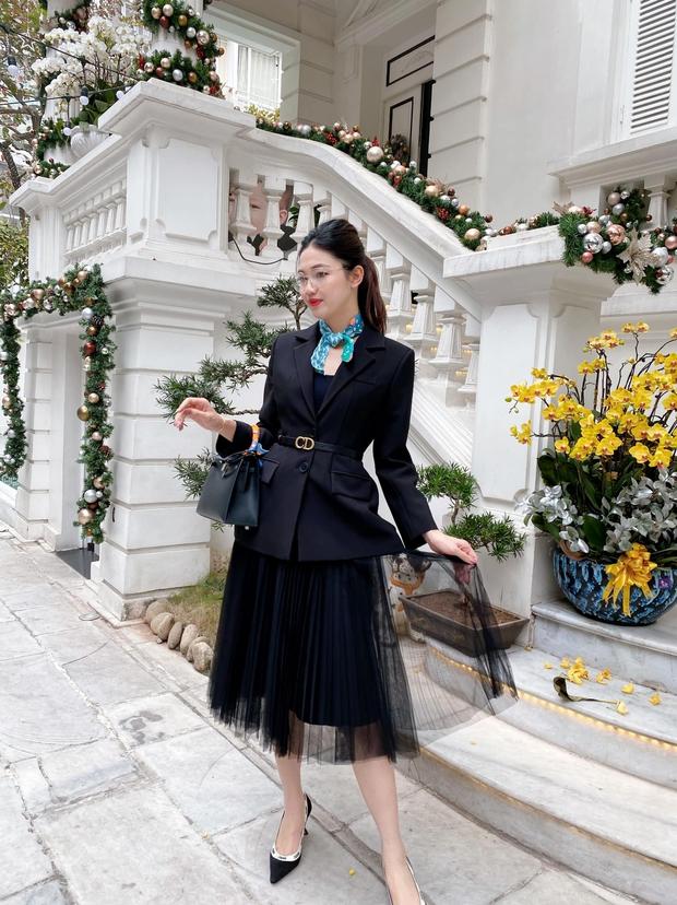 Á hậu Thanh Tú khoe cuộc sống sang chảnh trong căn biệt thự trắng, trang trí cổng nhà bằng cả ảnh chồng con - Ảnh 1.