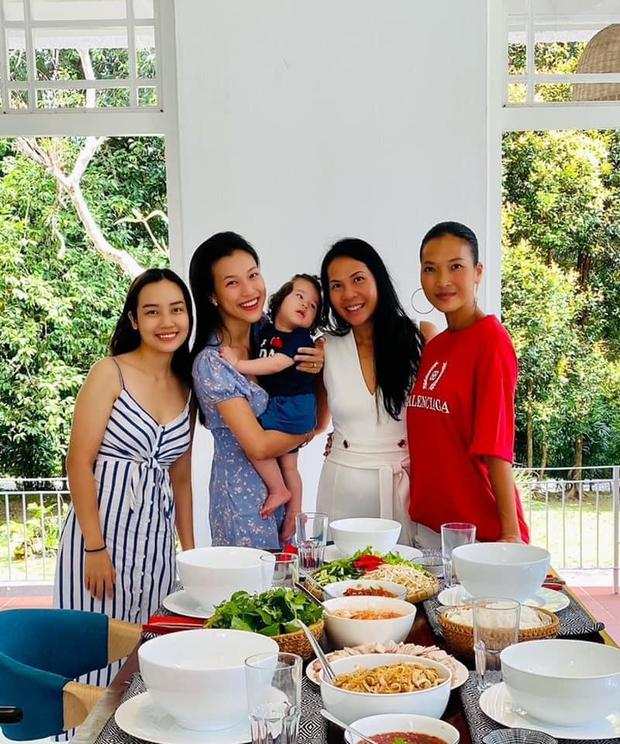 Hoàng Oanh hội ngộ Thu Minh và hội bạn tại biệt thự của Bằng Lăng ở Singapore, thế lực nhí Max chiếm trọn spotlight - Ảnh 2.