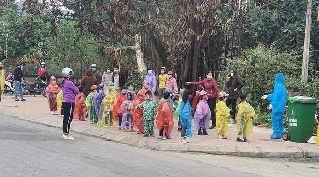Xúc động cảnh 75 trẻ mầm non mặc áo mưa đi cách ly: Hãy là những người hùng dũng cảm, mạnh mẽ nhé các chiến sĩ tí hon! - Ảnh 2.