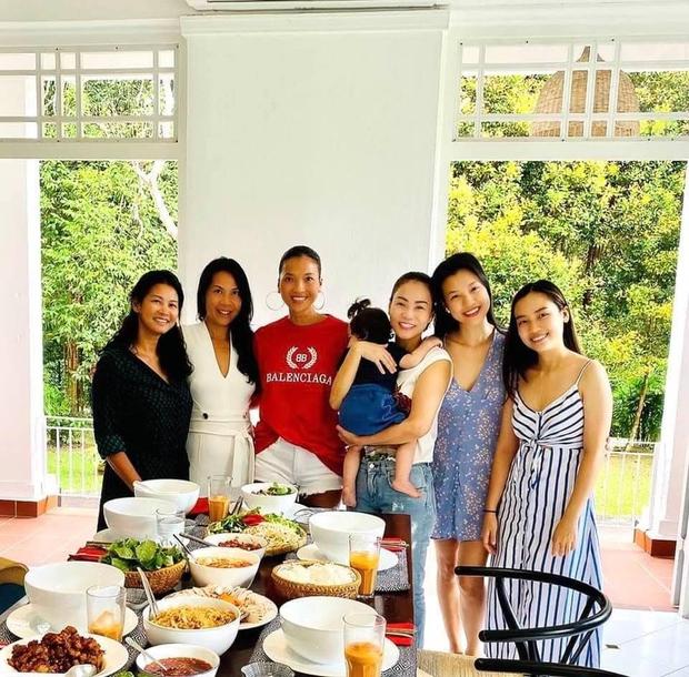 Hoàng Oanh hội ngộ Thu Minh và hội bạn tại biệt thự của Bằng Lăng ở Singapore, thế lực nhí Max chiếm trọn spotlight - Ảnh 3.