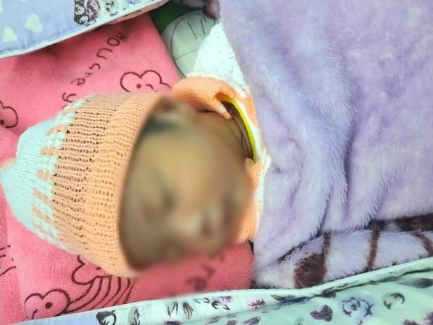 Bé gái sơ sinh còn nguyên dây rốn bị bỏ rơi trong thùng carton kèm bức thư: Mong con thông cảm cho hoàn cảnh của mẹ - Ảnh 1.