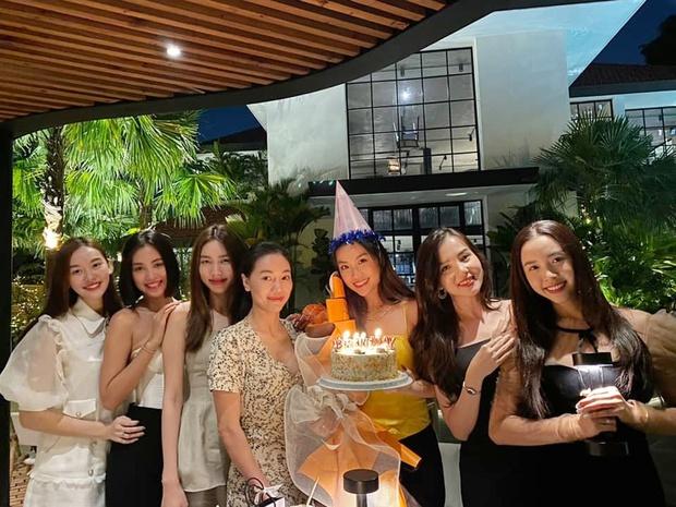 Dàn hậu Vbiz dự tiệc sinh nhật Á hậu Diễm Trang, ai dè chiếm luôn spotlight: Nhan sắc 2 cô dâu mới Tường San - Thuý An gây chú ý! - Ảnh 2.