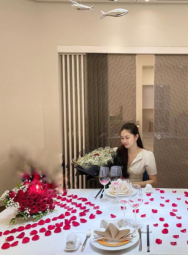 Á hậu Thanh Tú khoe cuộc sống sang chảnh trong căn biệt thự trắng, trang trí cổng nhà bằng cả ảnh chồng con - Ảnh 9.