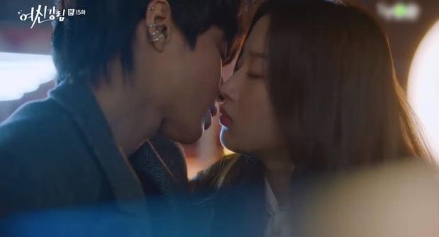Vừa chia tay Cha Eun Woo, Moon Ga Young đã vội khóa môi Hwang In Yeop ở True Beauty tập 15? - Ảnh 4.