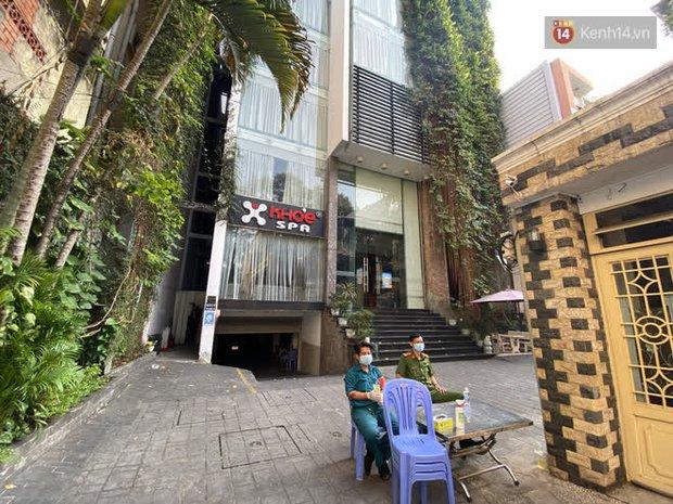 Cận cảnh quán cafe, quán ăn và tiệm massage ở Sài Gòn bị phong toả vì công chứng viên mắc Covid-19 từng ghé qua - Ảnh 1.