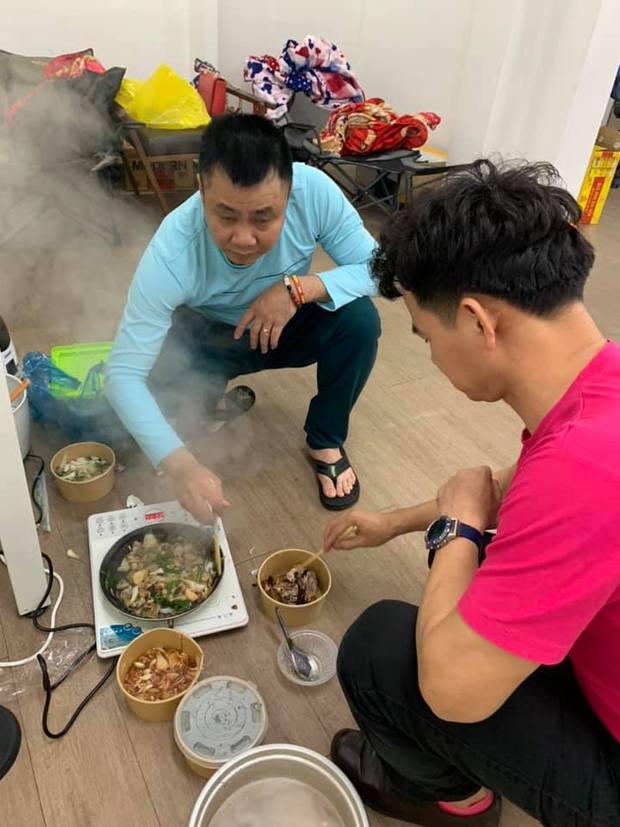 Những bữa ăn vội vã của dàn nghệ sĩ Táo Quân khiến người hâm mộ xót xa: Tất cả là vì món ăn tinh thần đêm 30 của cả nước! - Ảnh 8.