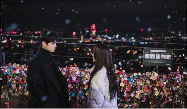 True Beauty tung ảnh mới, vô tình spoil luôn cái kết happy ending cho Moon Ga Young - Cha Eun Woo - Ảnh 1.