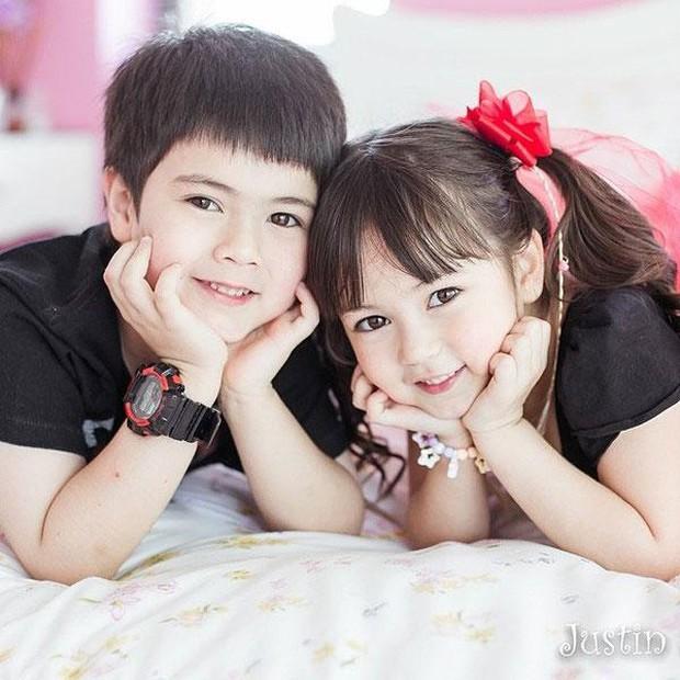 Hai thiên thần nhí đẹp nhất Thái Lan từng gây bão MXH, sau 7 năm ngoại hình hiện tại khiến nhiều người ngỡ ngàng - Ảnh 1.