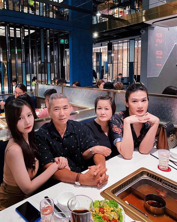 Đào Bá Lộc khoe ảnh đọ sắc bên mẹ và em gái, thế nào mà tự nhận gia đình toàn Hoa khôi, Hoa hậu? - Ảnh 3.