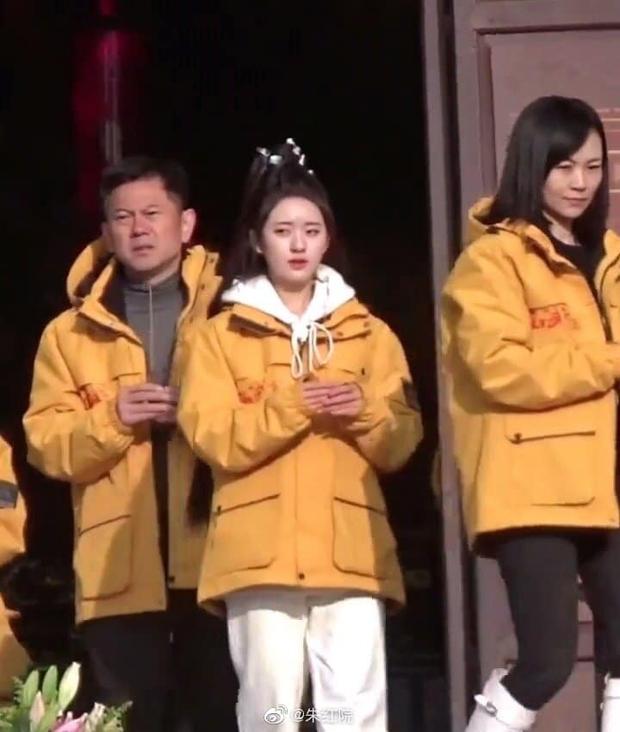 Nhan sắc Triệu Lộ Tư tại lễ khai máy gây sốt Weibo: Làn da trắng đến phát sáng, góc nghiêng đẹp không tì vết - Ảnh 3.