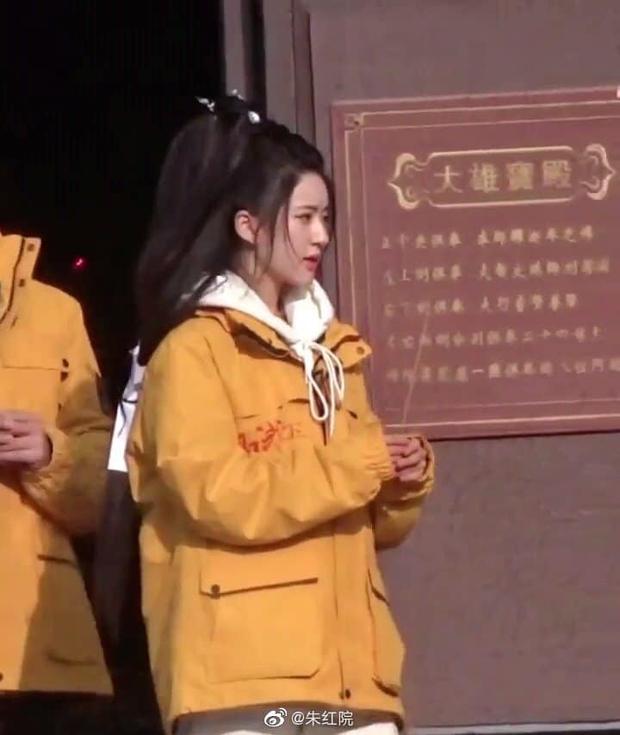 Nhan sắc Triệu Lộ Tư tại lễ khai máy gây sốt Weibo: Làn da trắng đến phát sáng, góc nghiêng đẹp không tì vết - Ảnh 4.