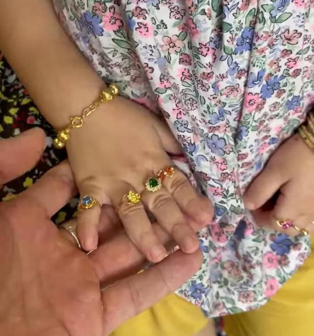 Con gái 4 tuổi của Lê Dương Bảo Lâm áp lực đến mức bật khóc vì... đeo vàng đầy người - Ảnh 3.