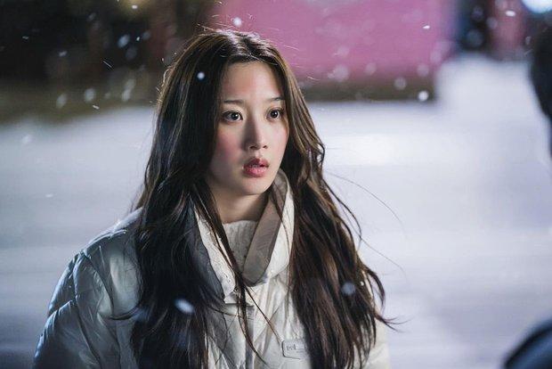 True Beauty tung ảnh mới, vô tình spoil luôn cái kết happy ending cho Moon Ga Young - Cha Eun Woo - Ảnh 2.