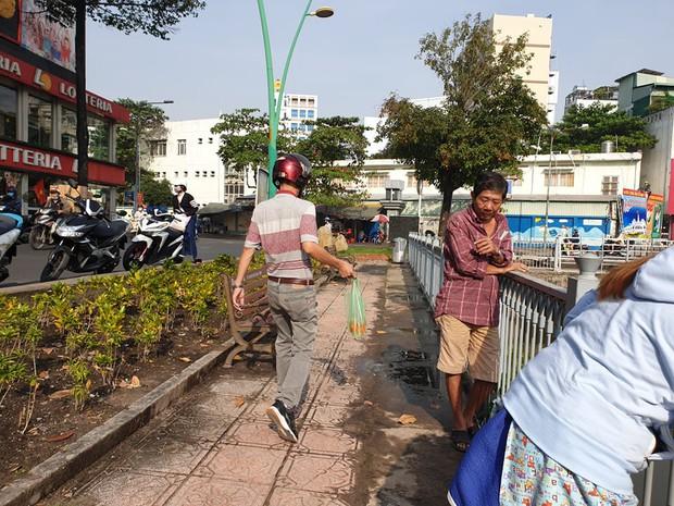 Người Sài Gòn chen chân thả cá chép trên kênh Nhiêu Lộc - Thị Nghè, tiễn ông Công ông Táo về trời ngày 23 tháng Chạp - Ảnh 1.