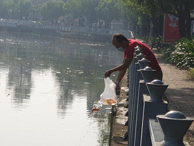 Người Sài Gòn chen chân thả cá chép trên kênh Nhiêu Lộc - Thị Nghè, tiễn ông Công ông Táo về trời ngày 23 tháng Chạp - Ảnh 7.