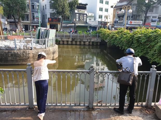 Người Sài Gòn chen chân thả cá chép trên kênh Nhiêu Lộc - Thị Nghè, tiễn ông Công ông Táo về trời ngày 23 tháng Chạp - Ảnh 11.