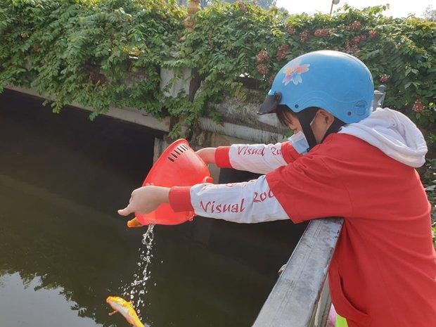 Người Sài Gòn chen chân thả cá chép trên kênh Nhiêu Lộc - Thị Nghè, tiễn ông Công ông Táo về trời ngày 23 tháng Chạp - Ảnh 6.