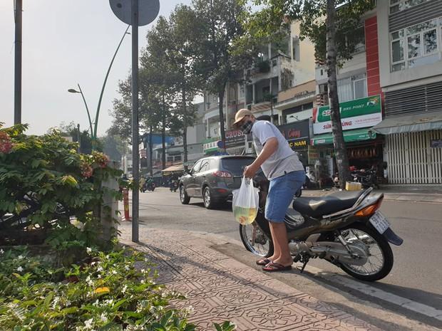 Người Sài Gòn chen chân thả cá chép trên kênh Nhiêu Lộc - Thị Nghè, tiễn ông Công ông Táo về trời ngày 23 tháng Chạp - Ảnh 10.