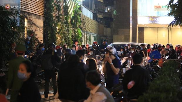 Phong tỏa tạm thời toà chung cư nơi nữ nhân viên ngân hàng mắc Covid-19 sinh sống, yêu cầu người dân khai báo y tế ngay lối ra vào - Ảnh 5.