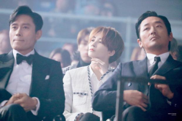 """Bức ảnh lột tả rõ nét sự khác biệt giữa idol và diễn viên: 1 idol nam """"phát sáng"""" giữa 2 tài tử Lee Byung Hun - Ha Jung Woo - Ảnh 2."""