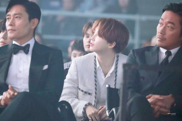 """Bức ảnh lột tả rõ nét sự khác biệt giữa idol và diễn viên: 1 idol nam """"phát sáng"""" giữa 2 tài tử Lee Byung Hun - Ha Jung Woo - Ảnh 3."""