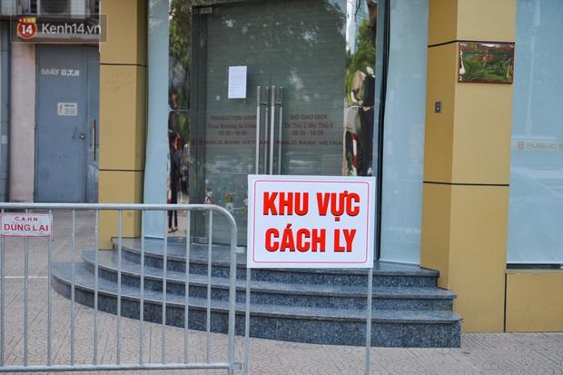 Ảnh, clip: Phong toả, phun khử khuẩn ngân hàng tại Hà Nội - nơi làm việc của ca mắc Covid-19 thứ 22 - Ảnh 2.