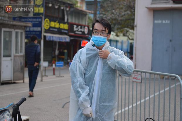 Ảnh, clip: Phong toả, phun khử khuẩn ngân hàng tại Hà Nội - nơi làm việc của ca mắc Covid-19 thứ 22 - Ảnh 4.