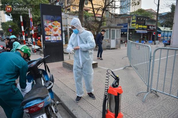 Ảnh, clip: Phong toả, phun khử khuẩn ngân hàng tại Hà Nội - nơi làm việc của ca mắc Covid-19 thứ 22 - Ảnh 5.
