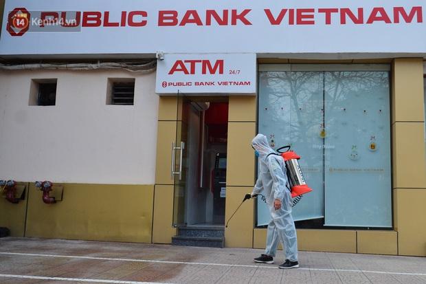 Ảnh, clip: Phong toả, phun khử khuẩn ngân hàng tại Hà Nội - nơi làm việc của ca mắc Covid-19 thứ 22 - Ảnh 7.