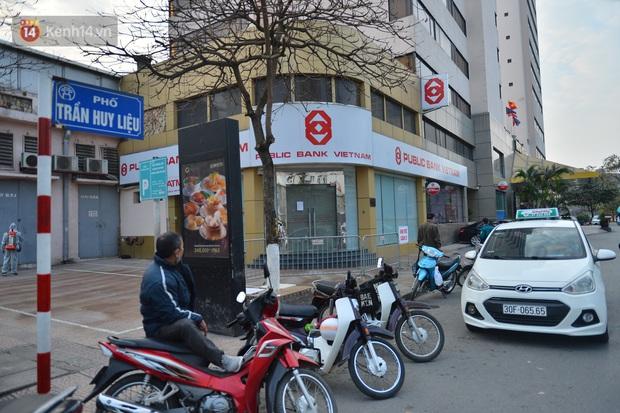 Ảnh, clip: Phong toả, phun khử khuẩn ngân hàng tại Hà Nội - nơi làm việc của ca mắc Covid-19 thứ 22 - Ảnh 8.