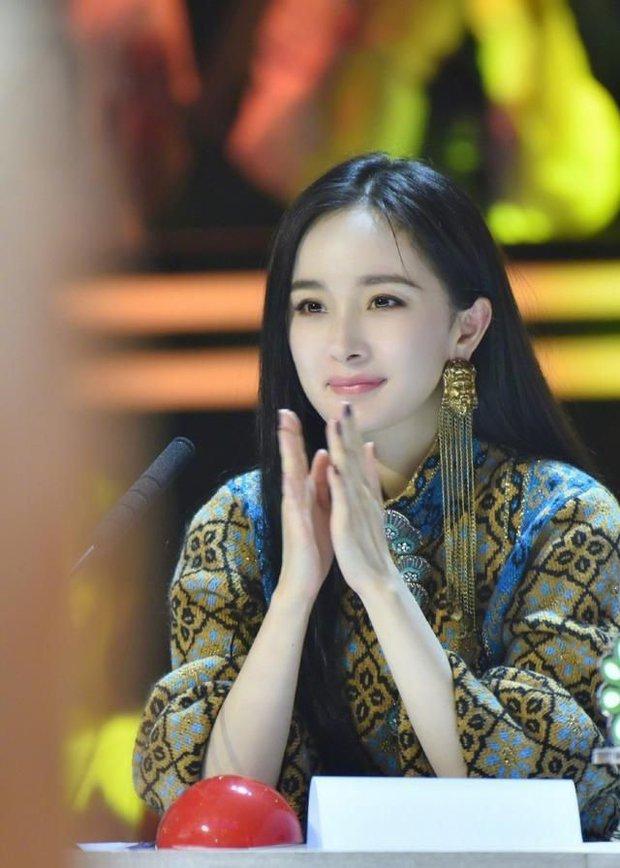 Dương Mịch là bà chúa mê khuyên tai khủng, xem mà thán phục về độ chịu chơi của cô - Ảnh 4.