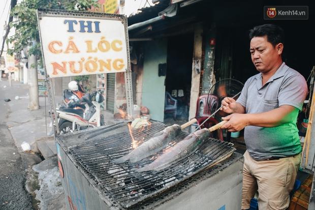 Ảnh: Người Sài Gòn tấp nập mua cá lóc cúng ông Công ông Táo, chủ tiệm nướng mỏi tay không kịp bán - Ảnh 4.