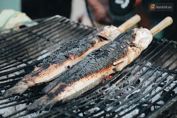 Ảnh: Người Sài Gòn tấp nập mua cá lóc cúng ông Công ông Táo, chủ tiệm nướng mỏi tay không kịp bán - Ảnh 5.