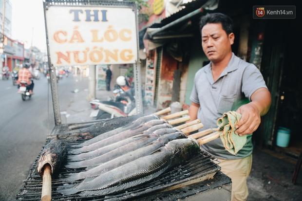 Ảnh: Người Sài Gòn tấp nập mua cá lóc cúng ông Công ông Táo, chủ tiệm nướng mỏi tay không kịp bán - Ảnh 6.