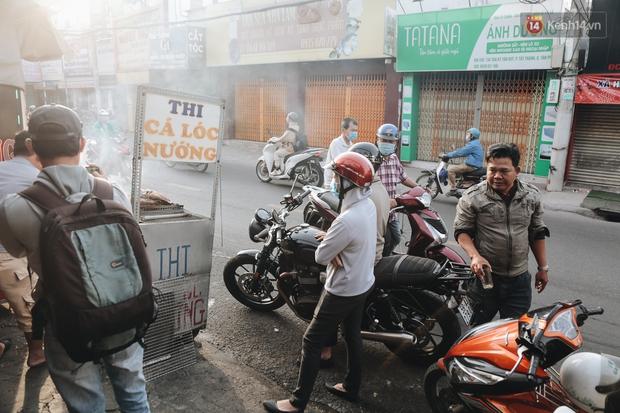 Ảnh: Người Sài Gòn tấp nập mua cá lóc cúng ông Công ông Táo, chủ tiệm nướng mỏi tay không kịp bán - Ảnh 13.