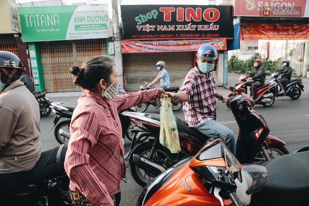 Ảnh: Người Sài Gòn tấp nập mua cá lóc cúng ông Công ông Táo, chủ tiệm nướng mỏi tay không kịp bán - Ảnh 17.