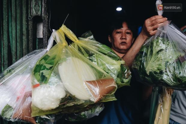 Ảnh: Người Sài Gòn tấp nập mua cá lóc cúng ông Công ông Táo, chủ tiệm nướng mỏi tay không kịp bán - Ảnh 15.